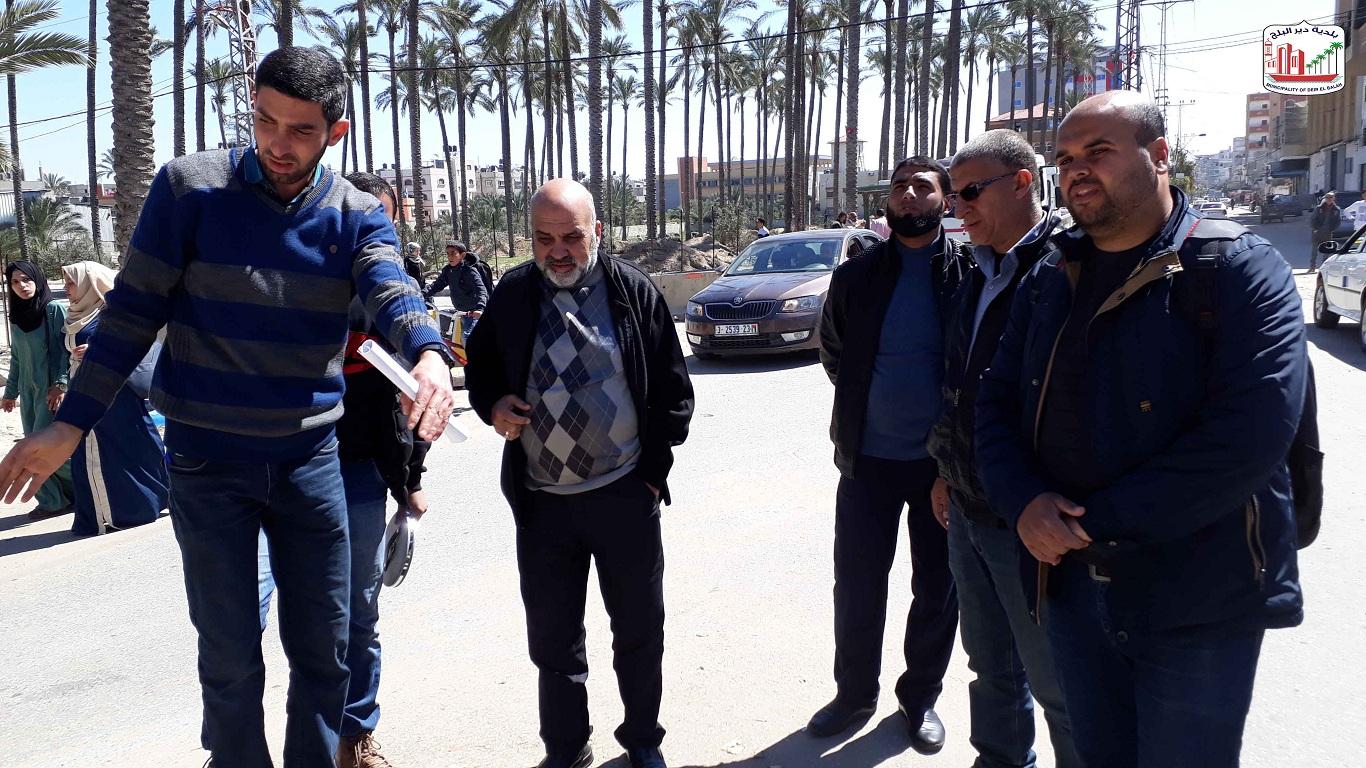 رئيس البلدية خلال زيارته التفقدية لمشروع شارع النخل والاطلاع على سير العمل فيه