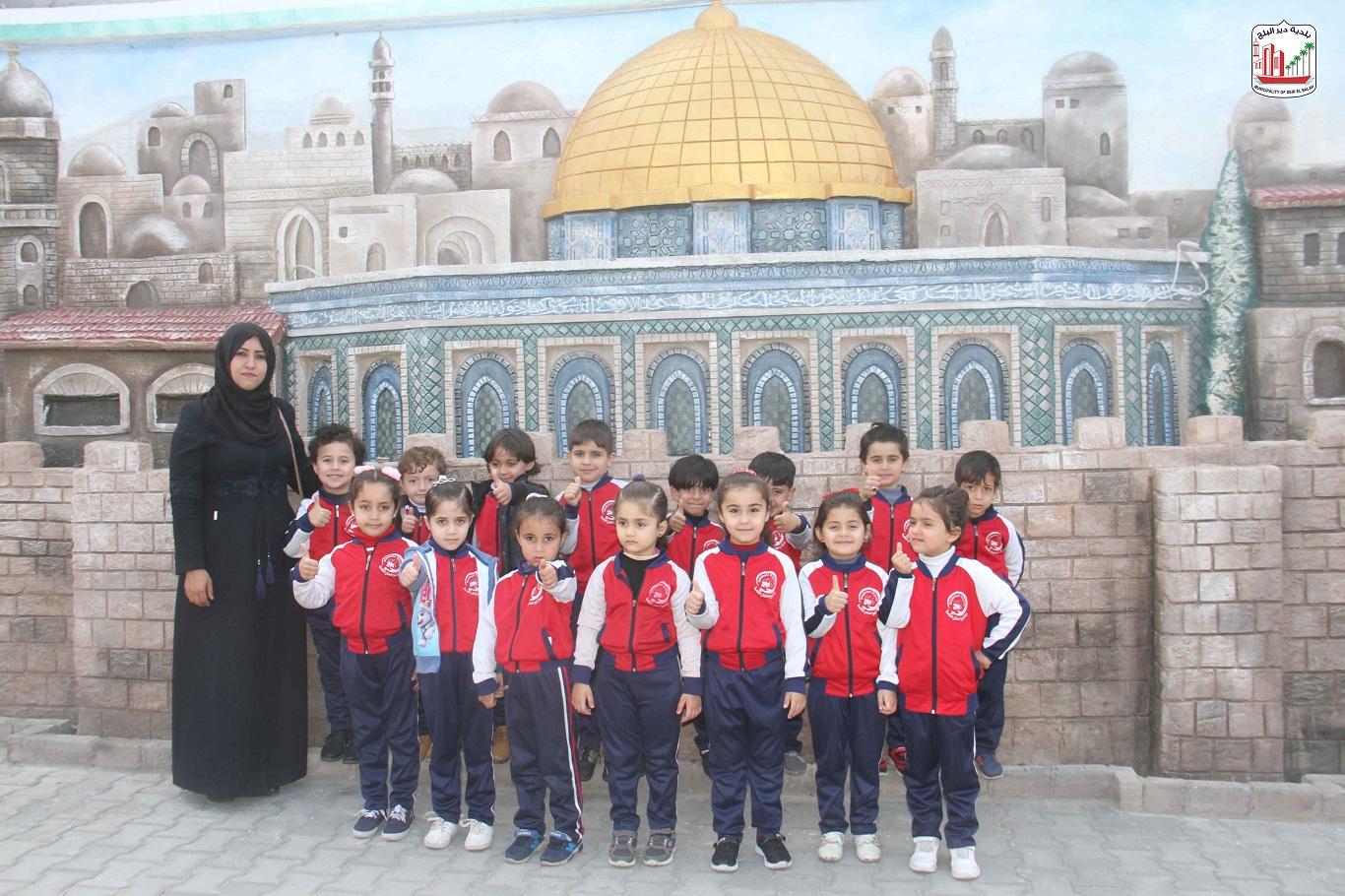 روضة نبع الحنان خلال زيارتها للبلدية وتكريم العاملات فيها بمناسبة عيد الأم