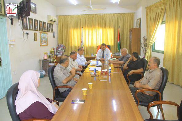 جانب من اجتماع المجلس البلدي لدير البلح للاطلاع على سير العمل واتخاذ القرارات المناسبة لتطويره بما ي