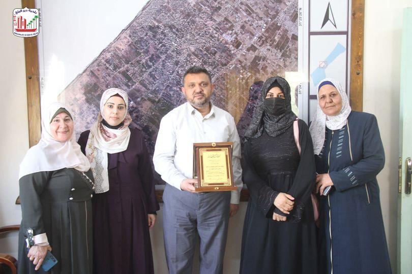 ملتقى نشميات دير البلح يقدمن درع شكر وتقدير لرئيس البلدية دياب الجرو على جهوده لإنجاح فعالية مهرجان