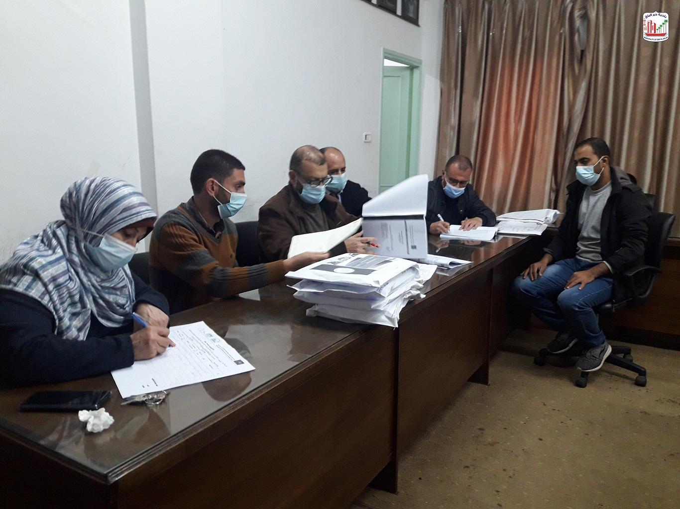 لجنة فتح العطاءات ببلدية دير البلح تقوم بفح مظاريف ممارسة مشروع تطوير شارع السلام الممول من صندوق تط