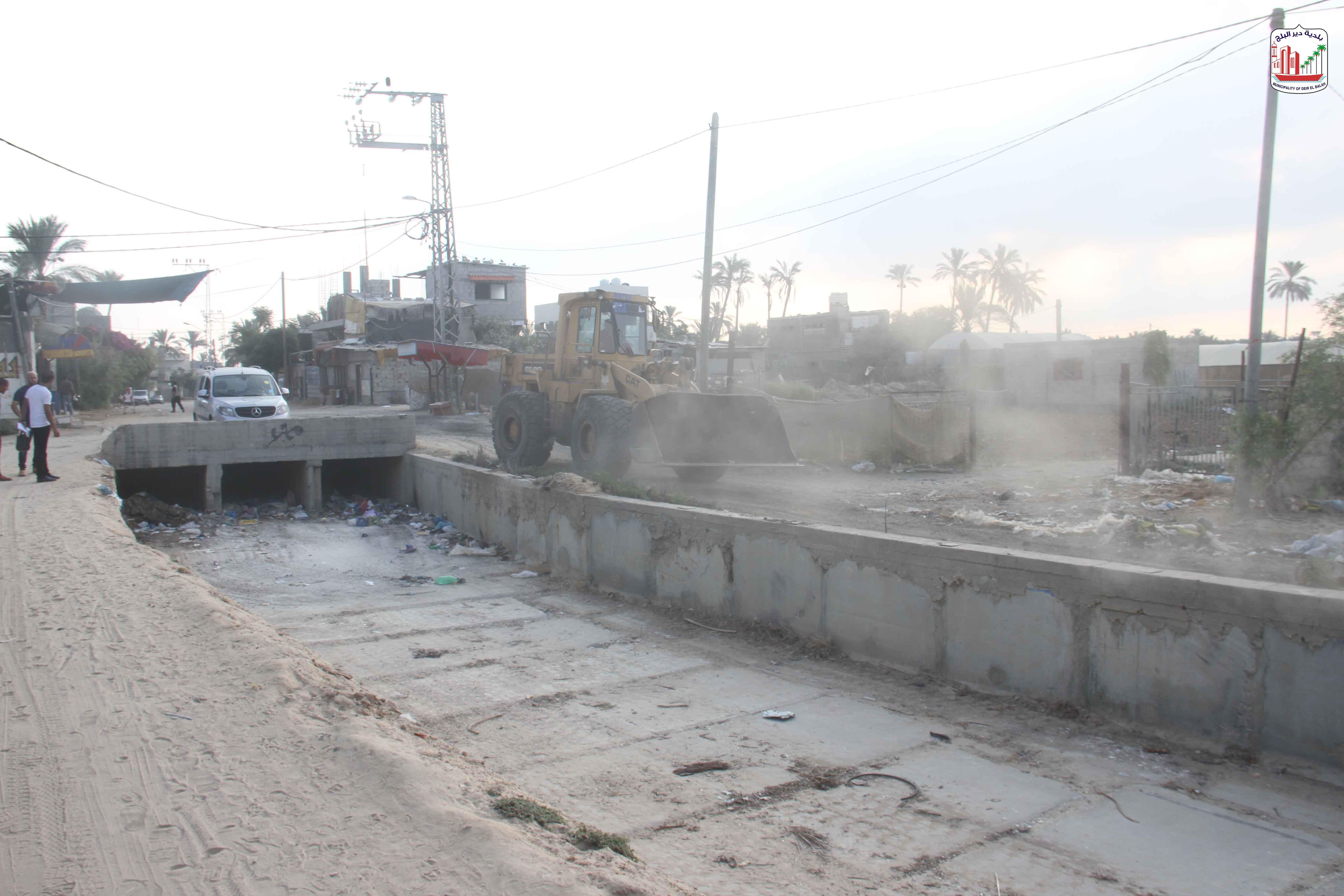 البلدية تقوم بحملة نظافة لمجرى وادي السلقا