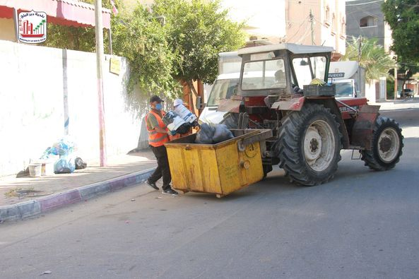 جمع النفايات من مناطق المدينة باستخدام التراكتور