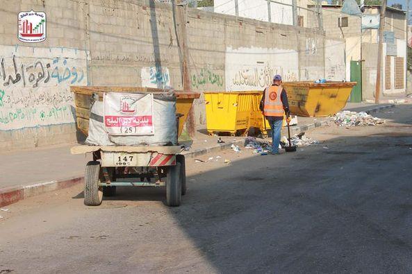 استمرار أعمال النظافة وسط اجراءات السلامة المستمرة