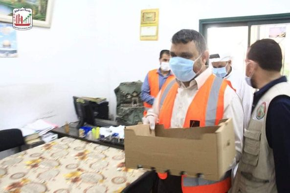 البلدية ولجنة الزكاة خلال جولة ميدانية على موظفي البلدية الميدانيين وتقديم الشكر لهم