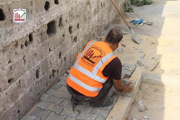 قسم الصيانة يقوم بتجخيز أماكن للحاويات في محيط مسجد الأنصار