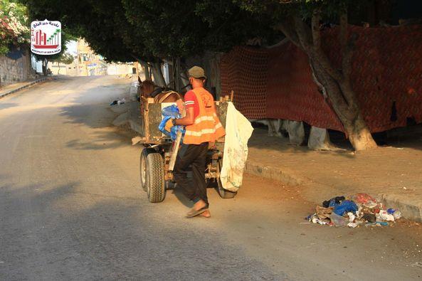أعمال النظافة من خلال عمال وعربات كارو في محيط مسجد الديراوي