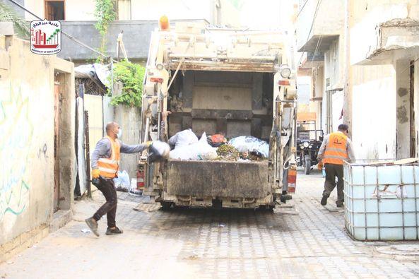 أعمال النظافة بآلية الكمباكتور بمنطقة البركة