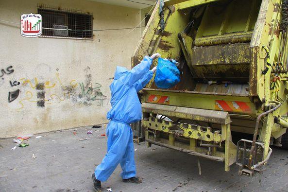 جمع وتعقيم النفايات من منازل المواطنين المحجورين حسب البروتوكول الصحي