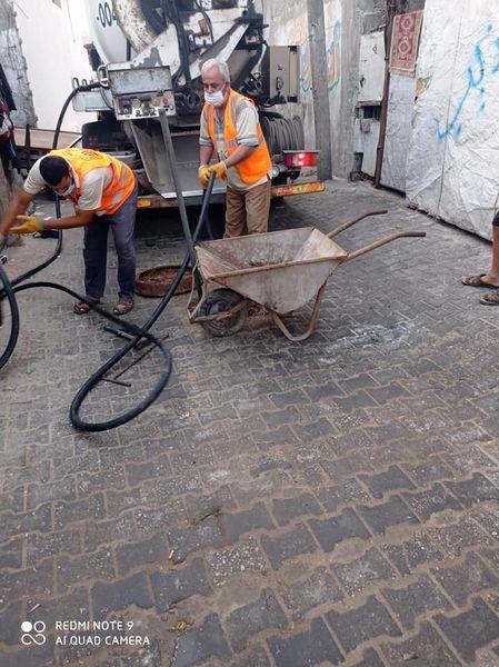 تسليك شبكات الصرف الصحي في مناطق متفرقة بالمدينة