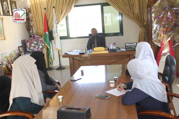 رئيس البلدية يلتقي وفد من جمعية بذور للإبداع والتنمية