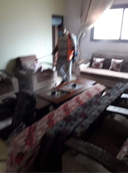 بلدية دير البلح تعقم منازل المواطنين التي أعلن عن إصابات فيها