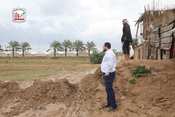 طواقم بلدية دير البلح ومتابعة منسوب المياة بمجرى وادي السلقا وعمل ما يلزم لمنع وصول المياة لمنازل ال