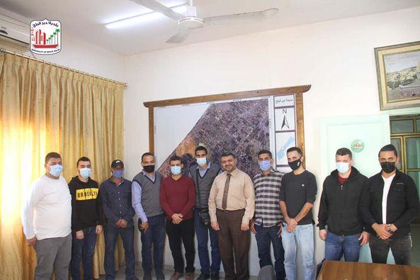 رئيس بلدية دير البلح يلتقي مجموعة من الإعلاميين ويؤكد على أهمية النهوض بالعمل الإعلامي