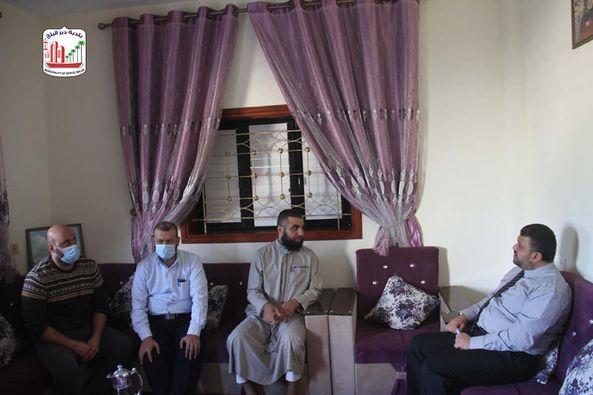 رئيس بلدية دير البلح يزور عدد من أبناء المدينة الحاصلين على شهادة الدكتوراة