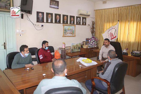 رئيس بلدية دير البلح يستقبل وفد من نادي اتحاد شباب دير البلح