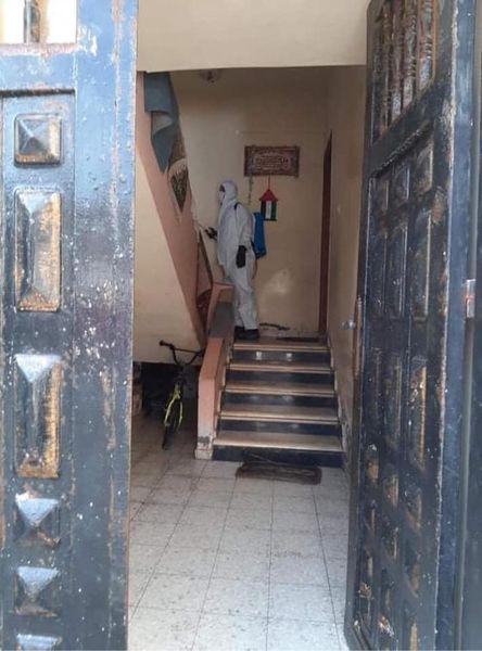 بلدية دير البلح تواصل تعقيم منازل المحجورين بالمدينة