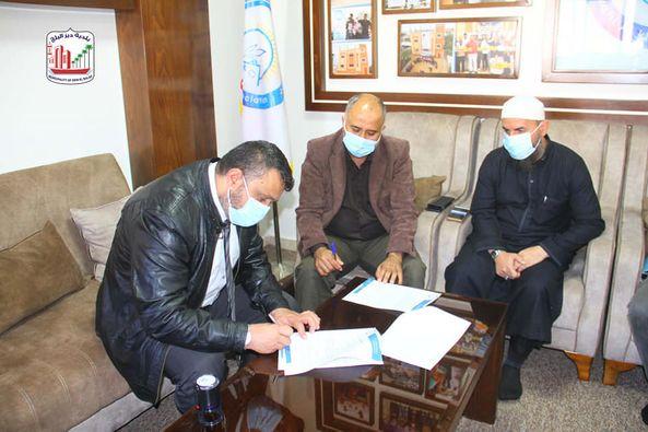 بلدية دير البلح توقع عقد إنشاء بئر مياة مركزي بالمدينة