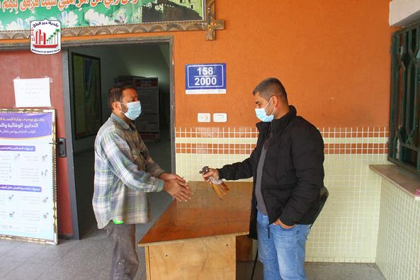 جانب من إجراءات الوقاية والسلامة المتبعة بالبلدية قبل الدخول للمبنى لإنجاز المعاملات.