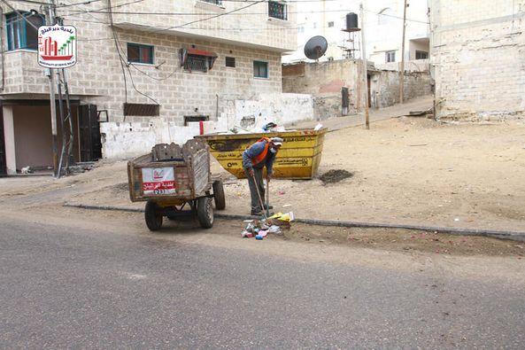 صناع الجمال يواصلون أعمال النظافة بمناطق المدينة