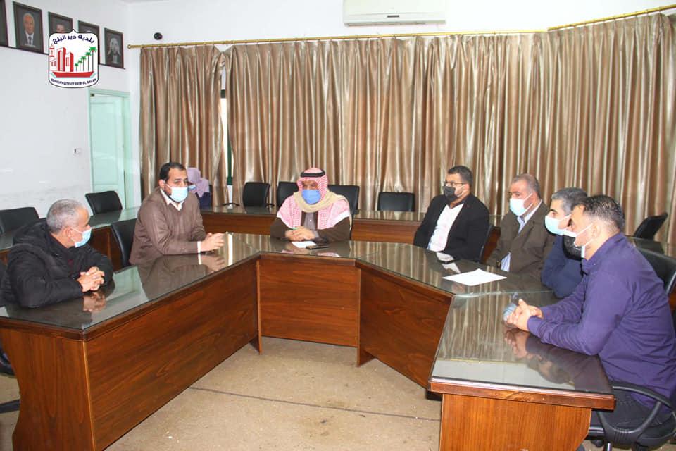 بلدية دير البلح تبحث سبل تعزيز الوعي لدى المواطنين خلال لقاءها بممثلي الفصائل الفلسطينية