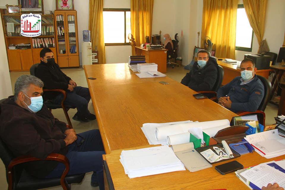 بلدية دير البلح تعقد اجتماع تمهيدي وزيارة موقع مشروع تبليط شوارع فرعية بدير البلح