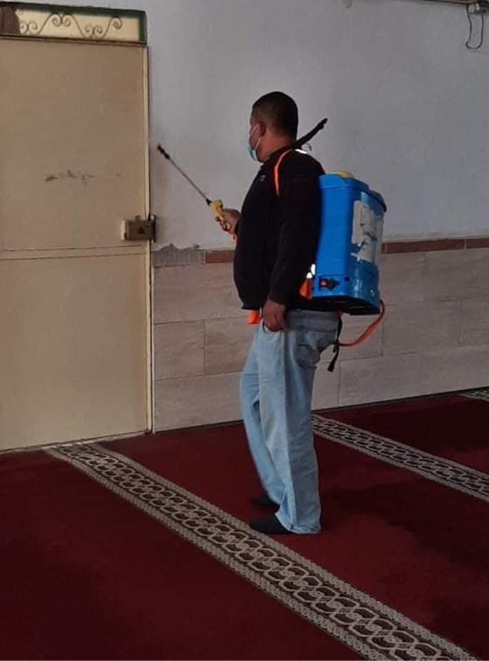 بلدية دير البلح تواصل تعقيم المساجد بعد ظهور حالات إصابة بها