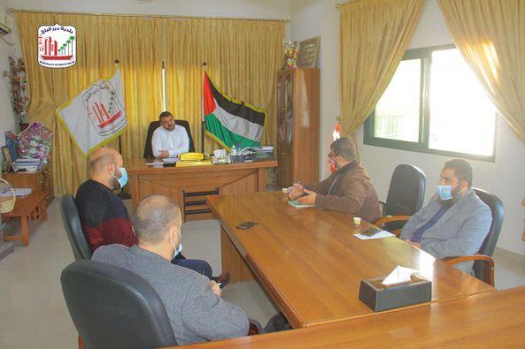 بلدية دير البلح تبحث تنفيذ مبادرة