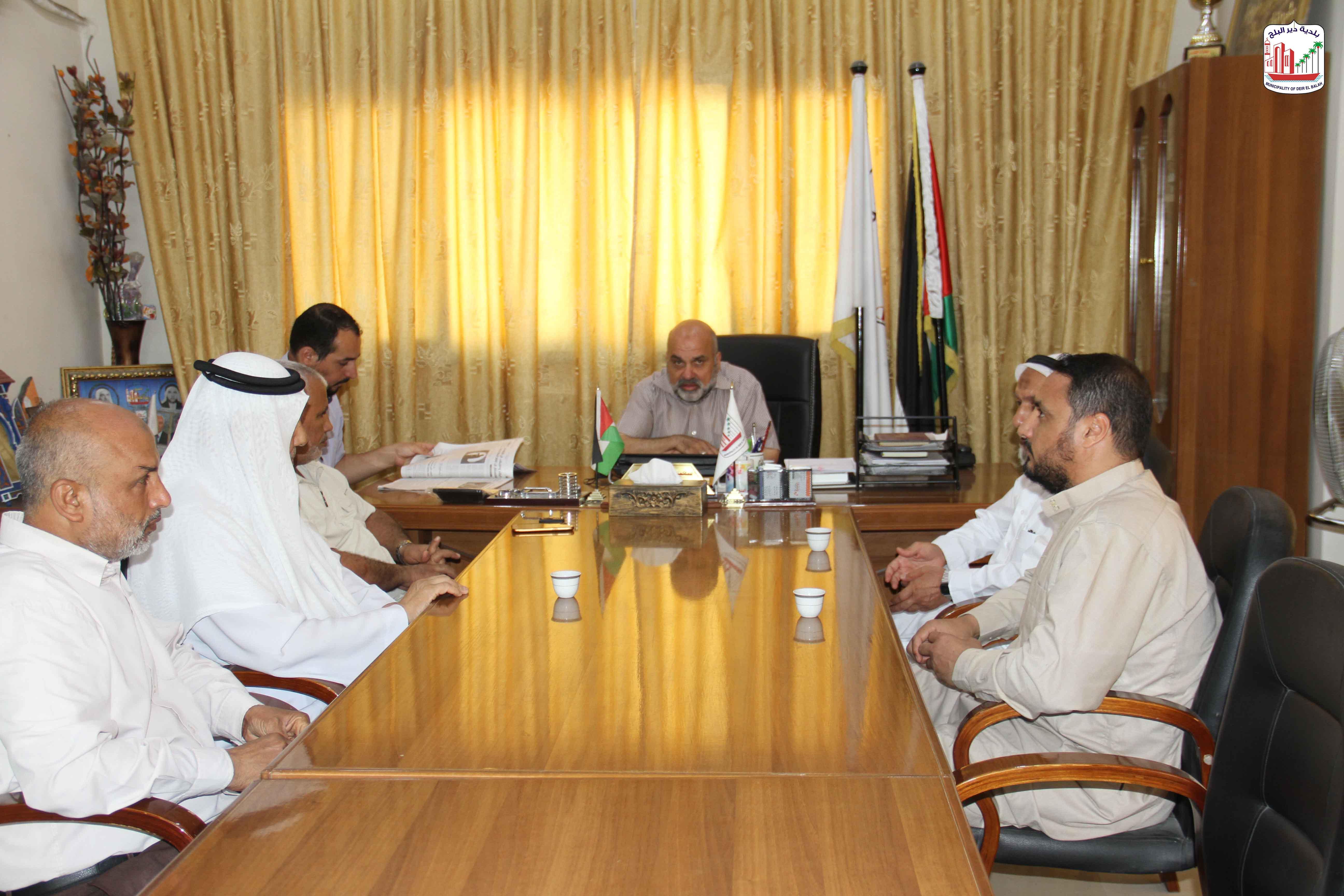رئيس البلدية يستقبل بعض من سكان منطقة الحكر بالمدينة