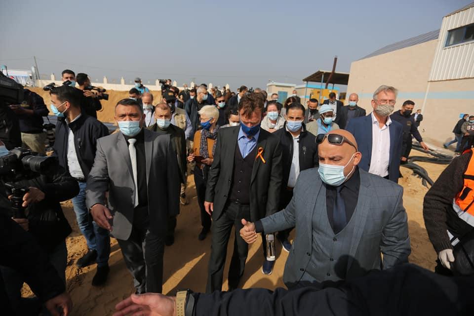 رئيس بلدية دير البلح يرافق وفد سفراء الاتحاد الأوروبي في زيارته لمحطة التحلية بالمدينة