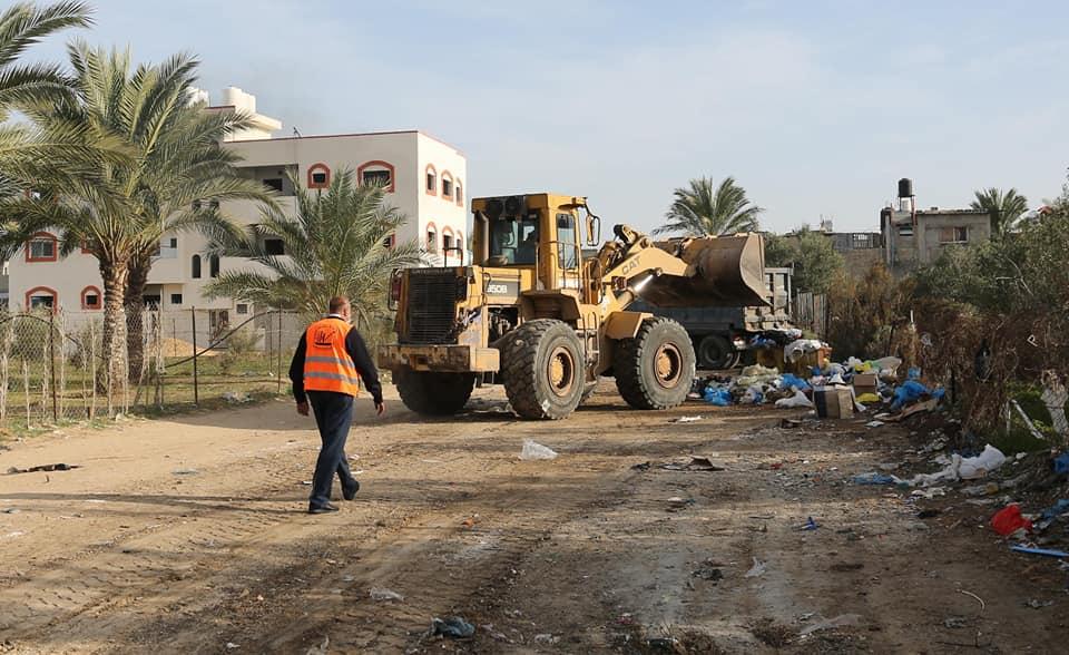 عمال النظافة خلال ترحيل النفايات أيام الاغلاق الشامل