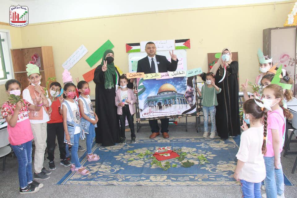 رئيس بلدية دير البلح يزور المخيم الصيفي