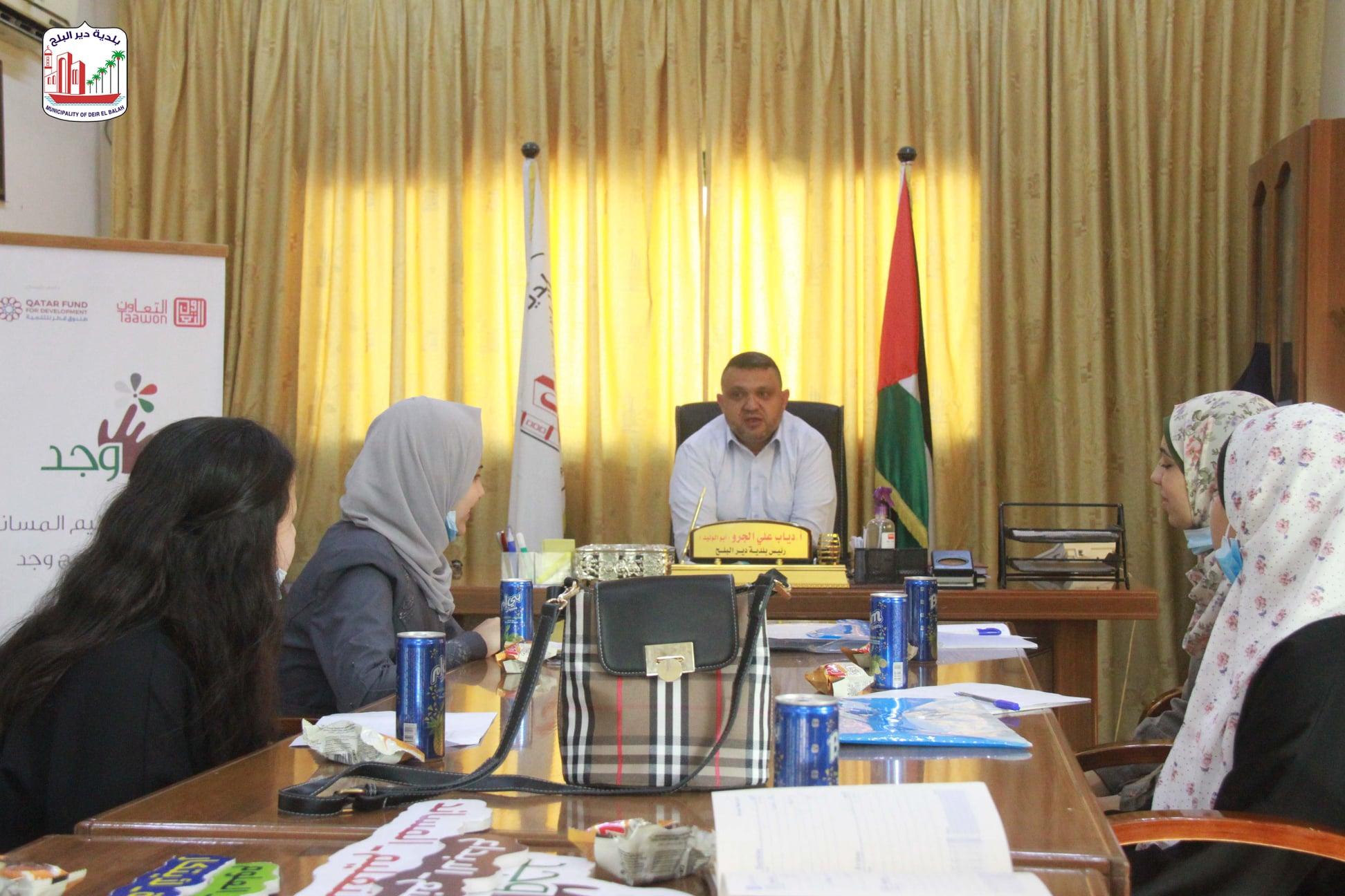 رئيس بلدية دير البلح يستقبل وفد من فريق البحث العلمي لأطفال برنامج وجد