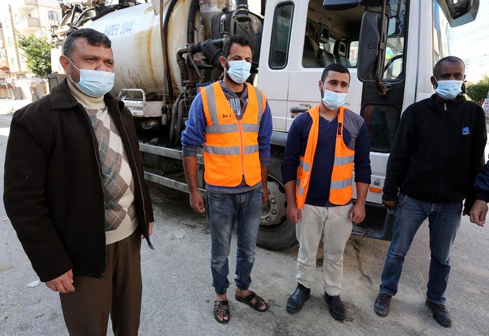 رئيس بلدية دير البلح يتفقد صناع الجمال خلال الاغلاق الشامل
