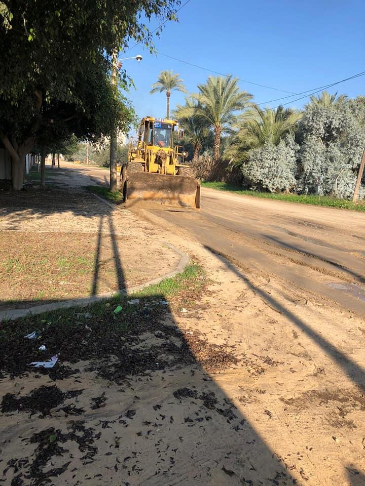 قسم الصيانة ببلديةدير البلح وسط قطاع غزة مستمرون بأعمال الصيانة بالمدينة خلال ساعات حظر التجوال الم