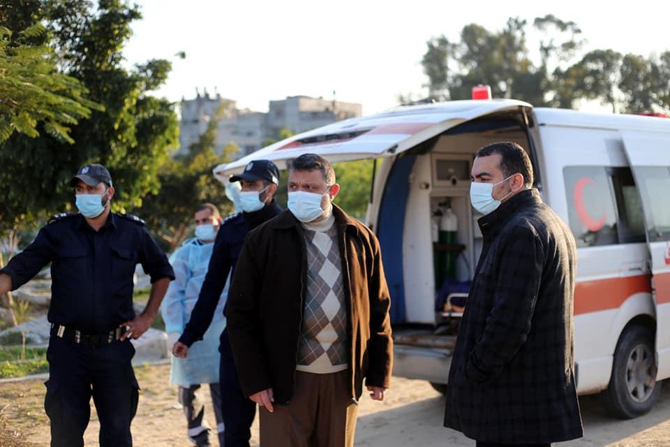 وسط إجراءات السلامة رئيس بلدية دير البلح وسط قطاع غزة دياب الجرو  يشارك في جنازة المواطن حمدان قشلان