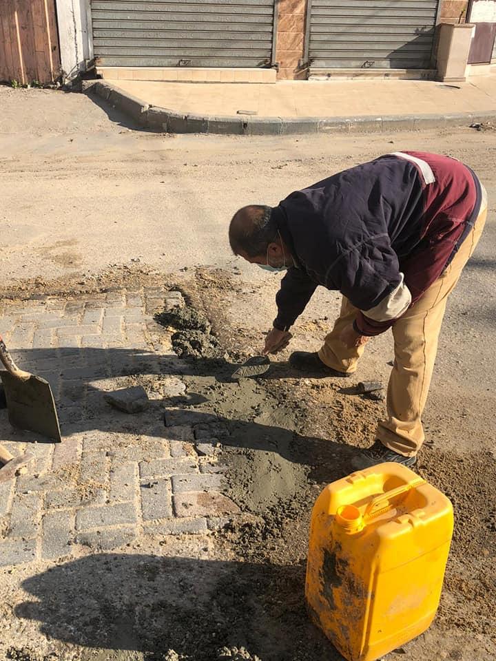 خلال الاغلاق الشامل: إجراء أعمال صيانة لشارع الشهداء الرئيسي بالمدينة