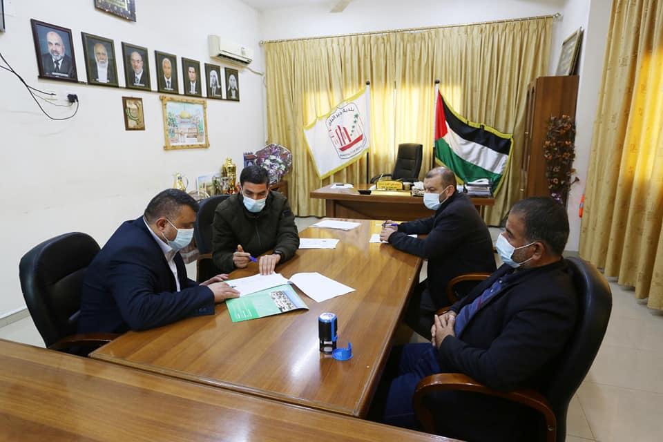 بلدية دير البلح توقع عقد تنفيذ مشروع تبليط شوارع فرعية بدير البلح مع الشركة المنفذة