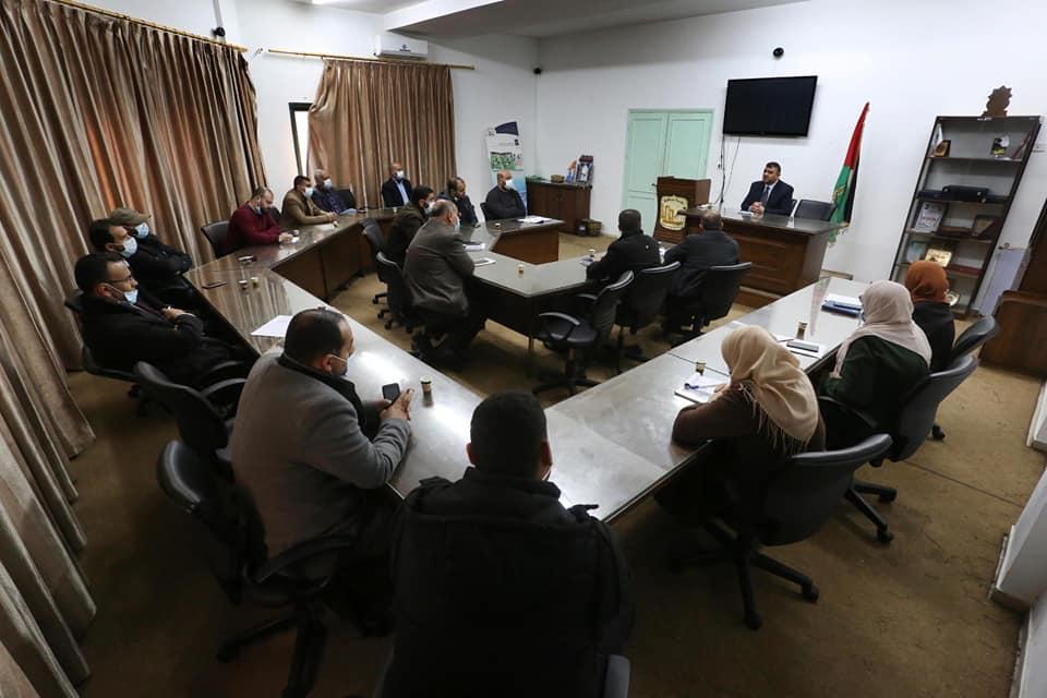 رئيس البلدية يعقد اجتماعاً لدوائر وأقسام البلدية ويناقش تطوير العمل والخدمات