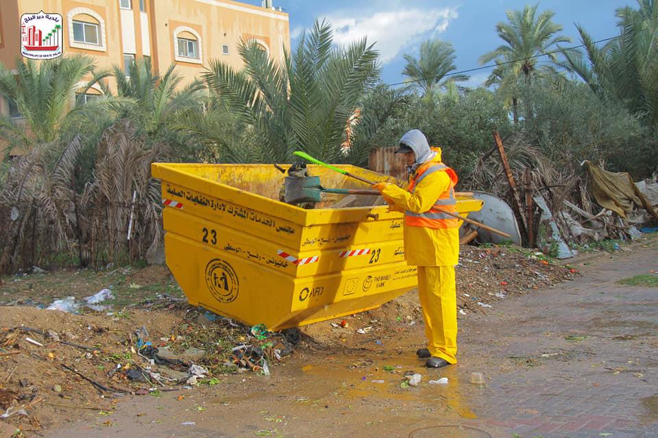 صناع الجمال ببلدية دير البلح: مستمرون بأعمال النظافة لمناطق وشوارع المدينة