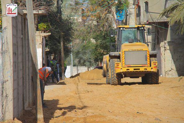 البدء بتنفيذ مشروع تبليط شوارع متفرقة بدير البلح