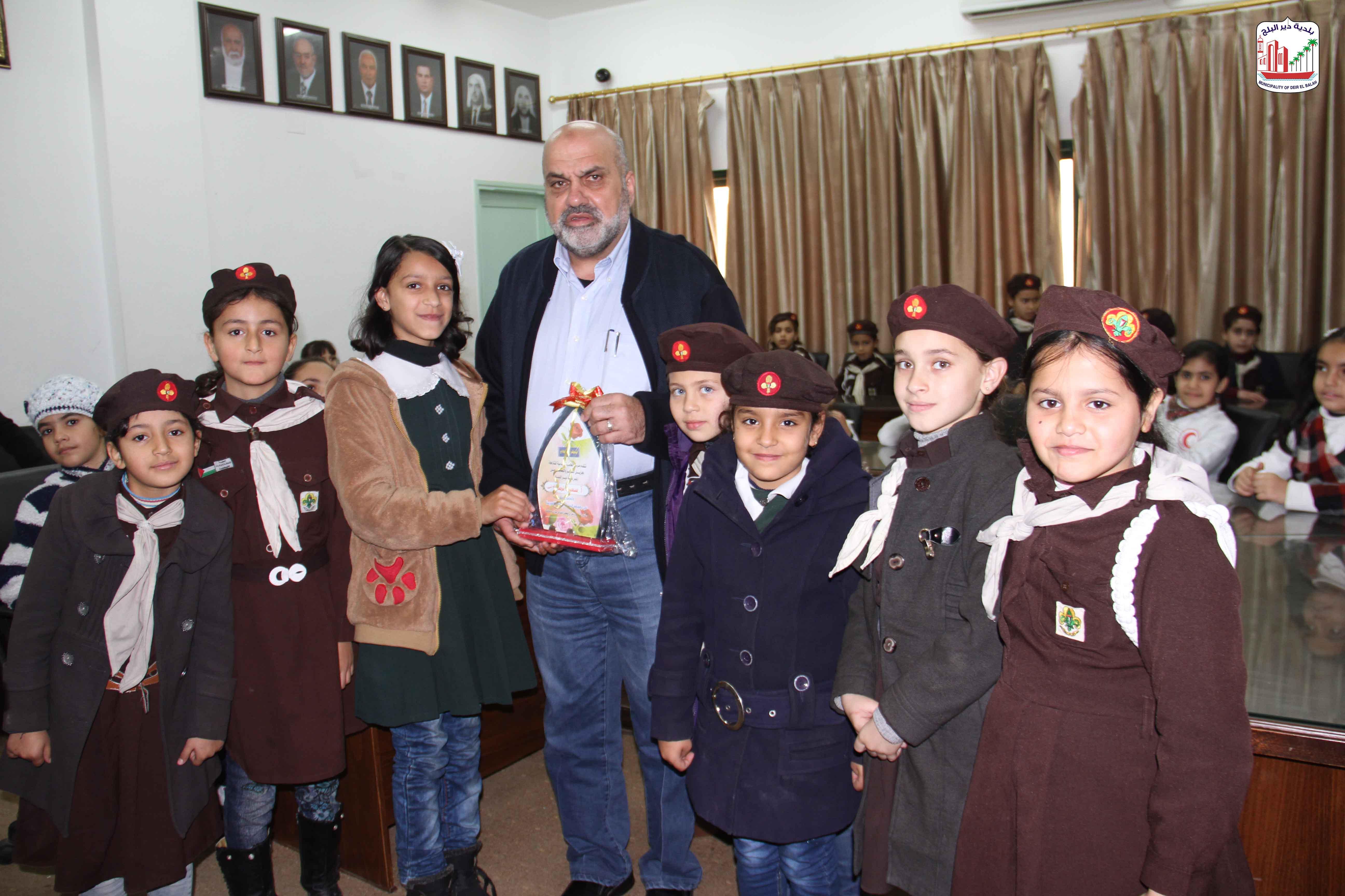 طالبات مدرسة العائشية خلال زيارتهم للبلدية والتعرف على الخدمات المقدمة