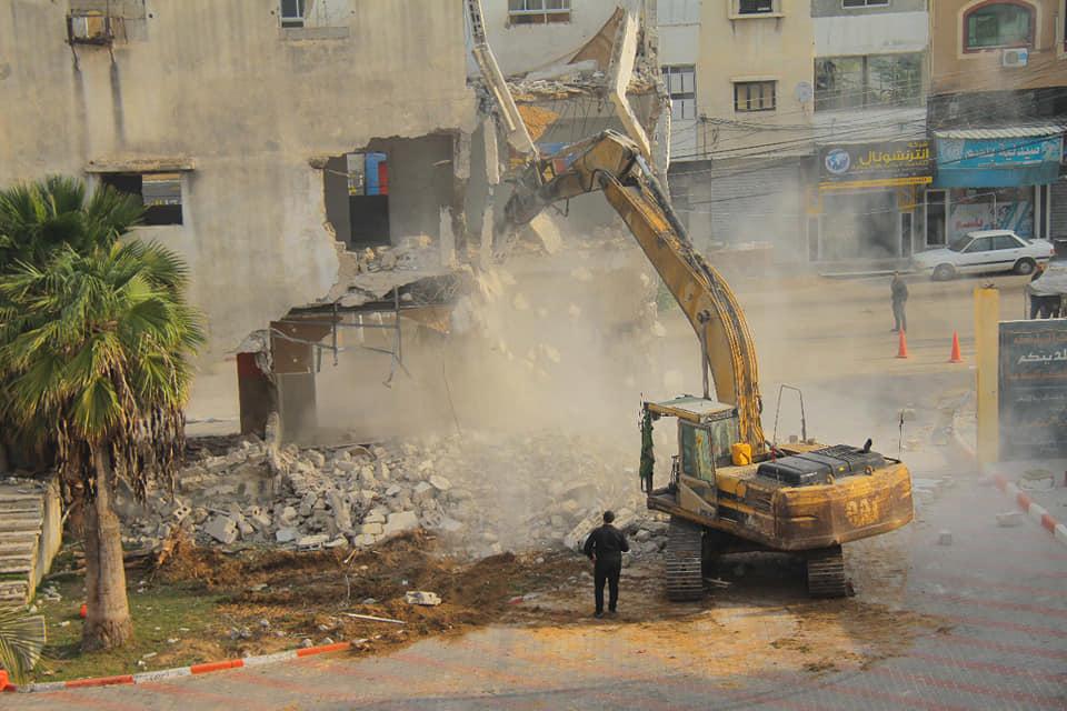 هدم مبنى بلدية دير البلح القديم المطل على الشارع العام