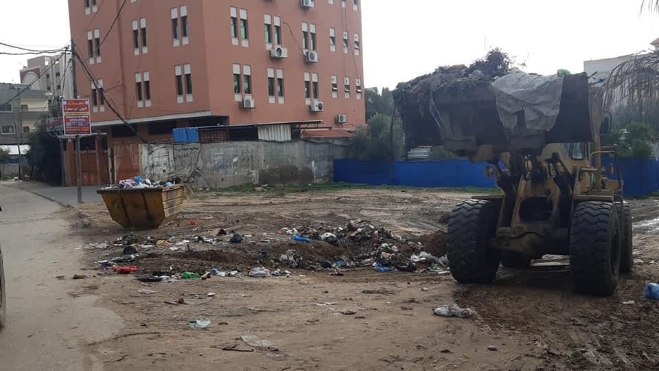 جانب من أعمال ترحيل المكبات العشوائية بمناطق المدينة