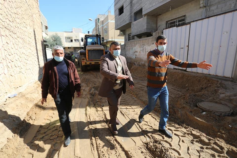 رئيس بلدية دير البلح يتفقد سير العمل بمشروع تبليط شوارع فرعية الجاري تنفيذه بالمدينة