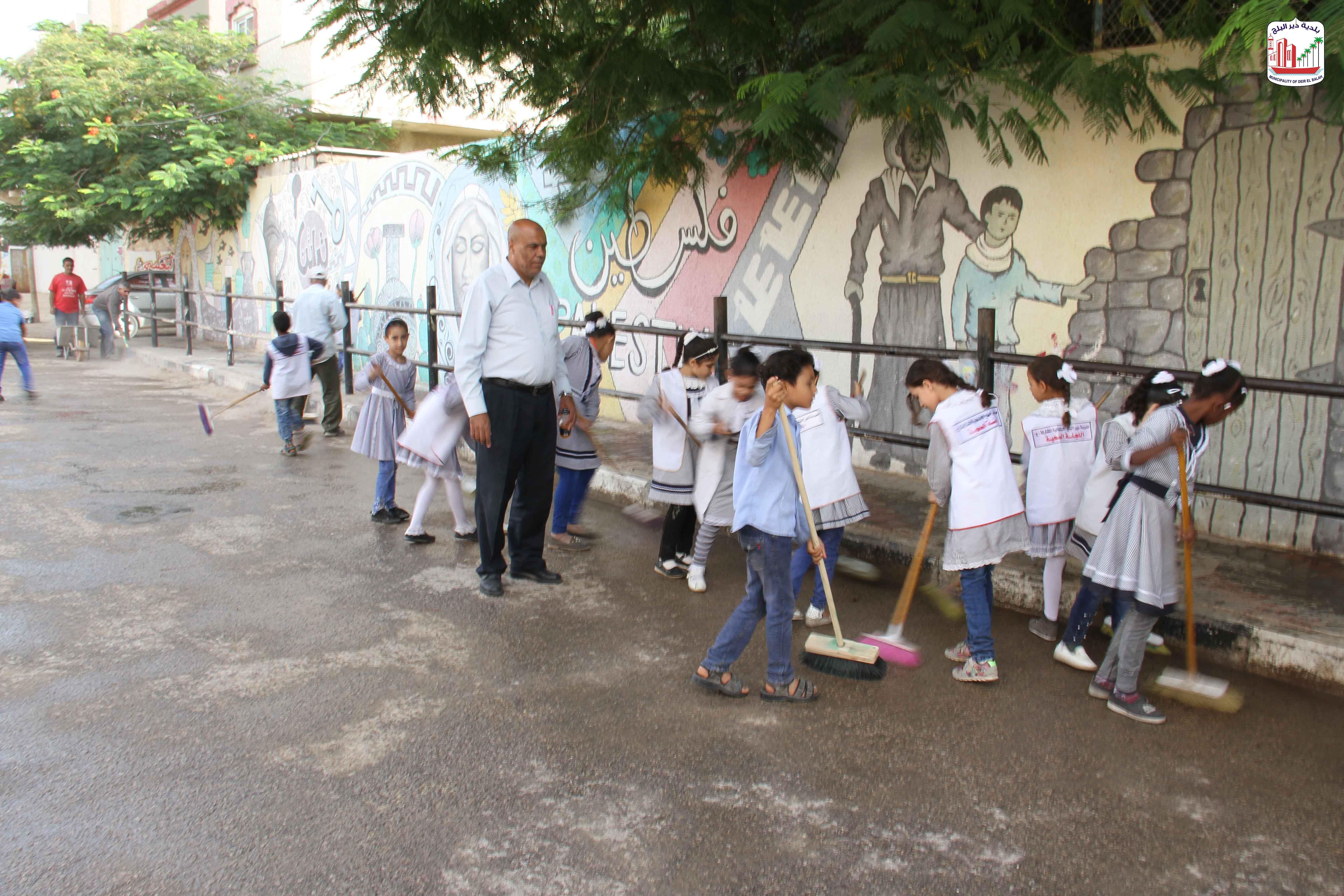 البلدية تنظيم حملة نظافة لشارع المزرعة بالتعاون مع مدرسة المزرعة
