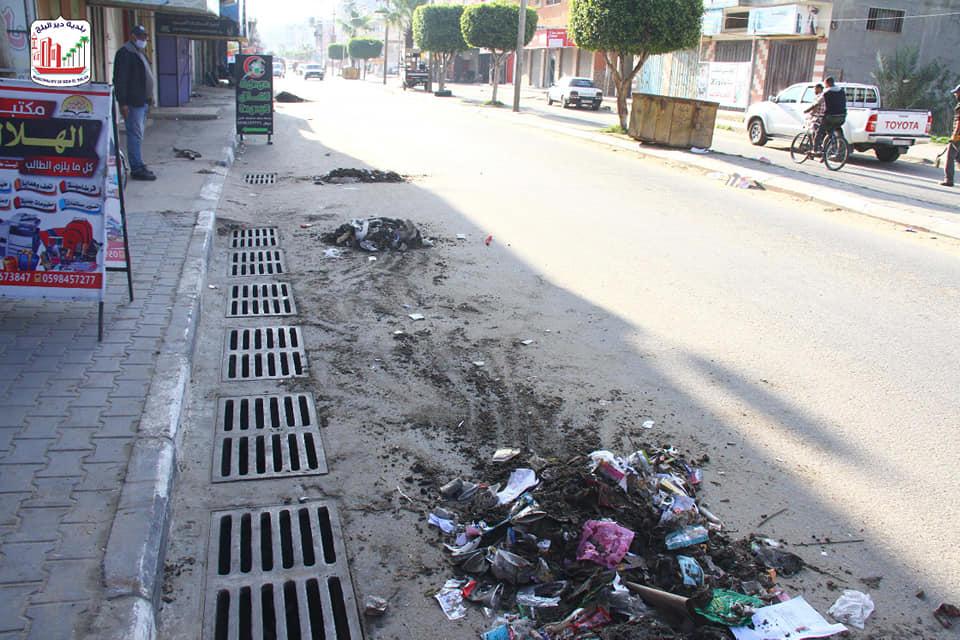 عمال الصرف الصحي خلال قيامهم بتنظيف جاليات المطر