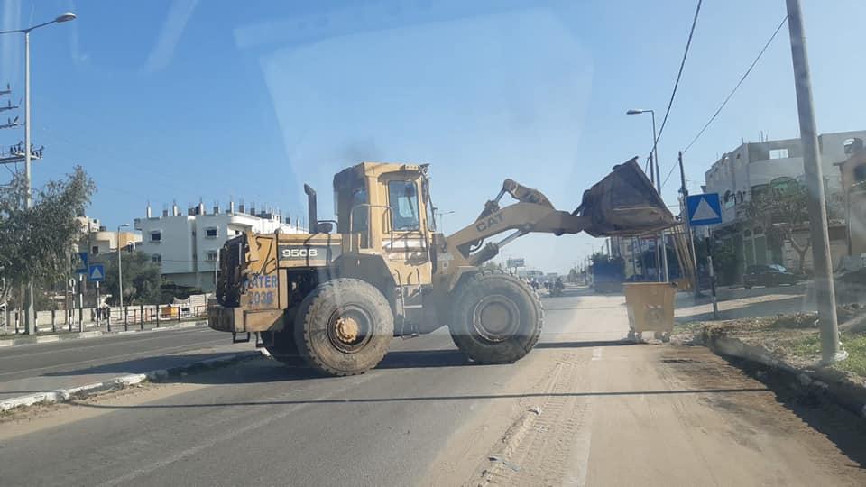 قبل دخول المنخفض الجوي بساعات... طواقم بلدية دير البلح تقوم بإزالة الأتربة من شوارع