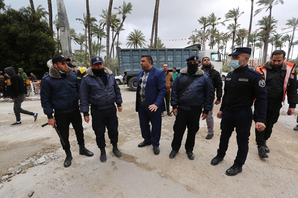 رئيس بلدية دير البلح يتفقد مكان انهيار حائط بالمدينة ويناشد المواطنين باتخاذ الاحتياطات المطلوبة لتل