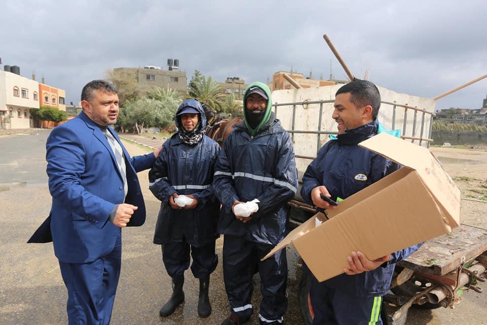 رئيس بلدية دير البلح يتفقد العمال الميدانيين ويتابع تداعيات المنخفض الجوي